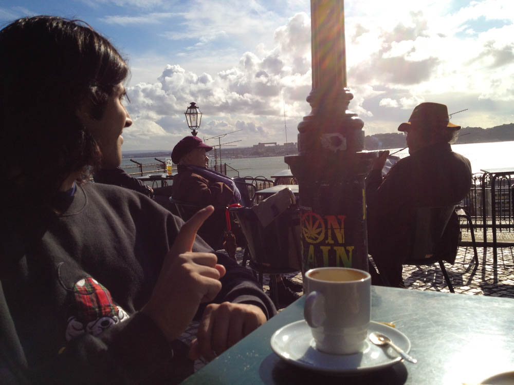 Having coffee overlooking the Tagus River: when in Lisbon, do like Lisboetas!