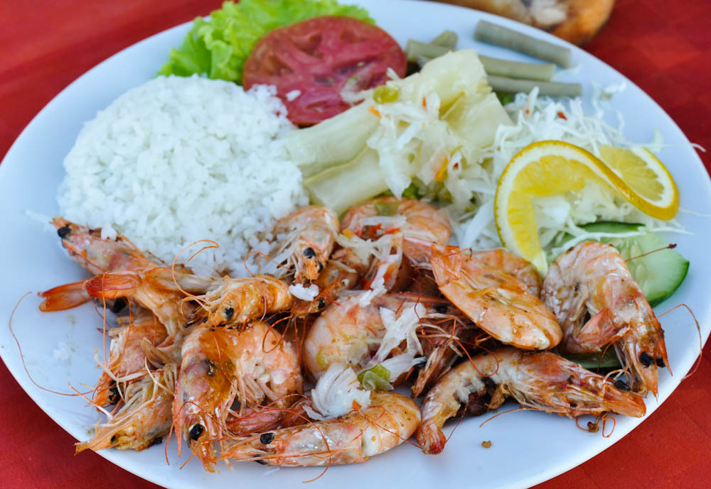 Eating prawns in the beach: perfect combination!