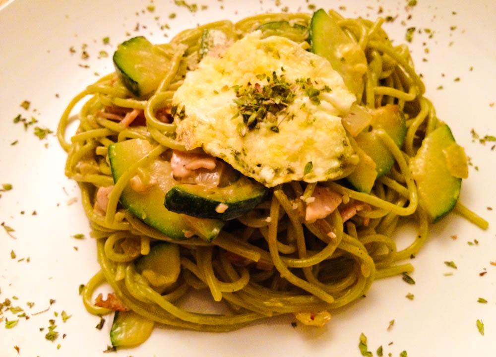 Spinach spaghetti with zucchini carbonara