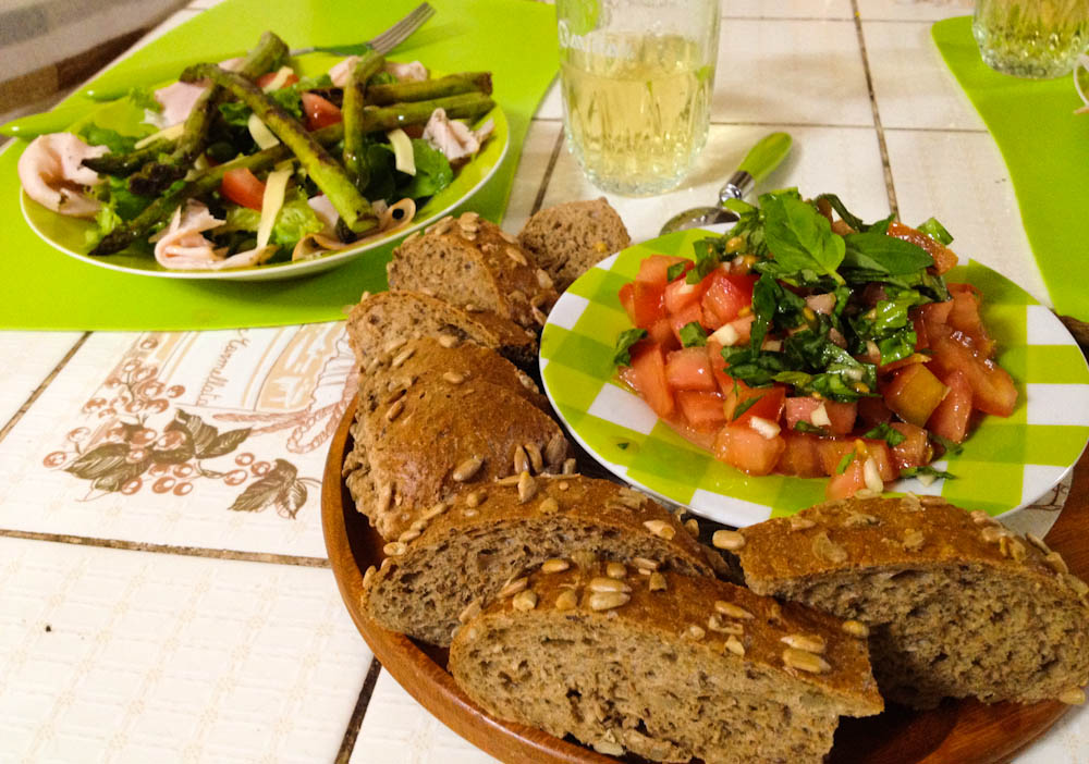 Salad with grilled asparagus with bruschetta