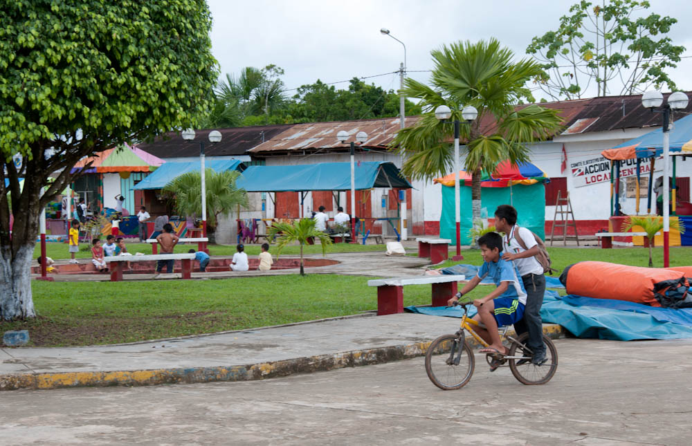 Kids playing in the main square of the distrito